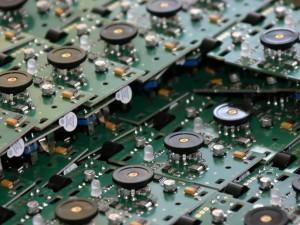 Titelbild SMD Bestückung: THT Durchstecktechnik, SMD Technik sowie die Kombination aus THT und SMT